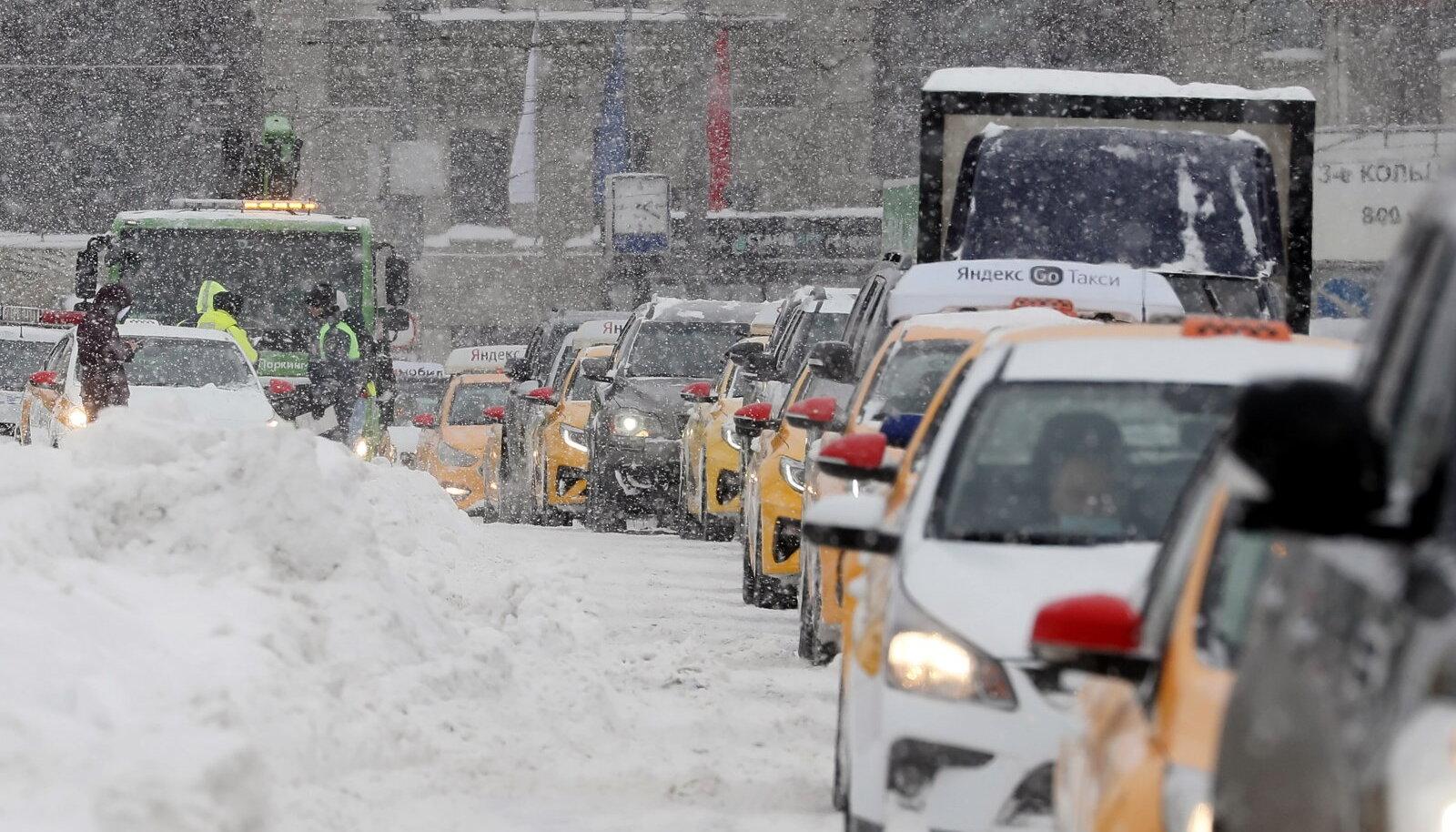 Lumesadu halvas Moskva liikluse.