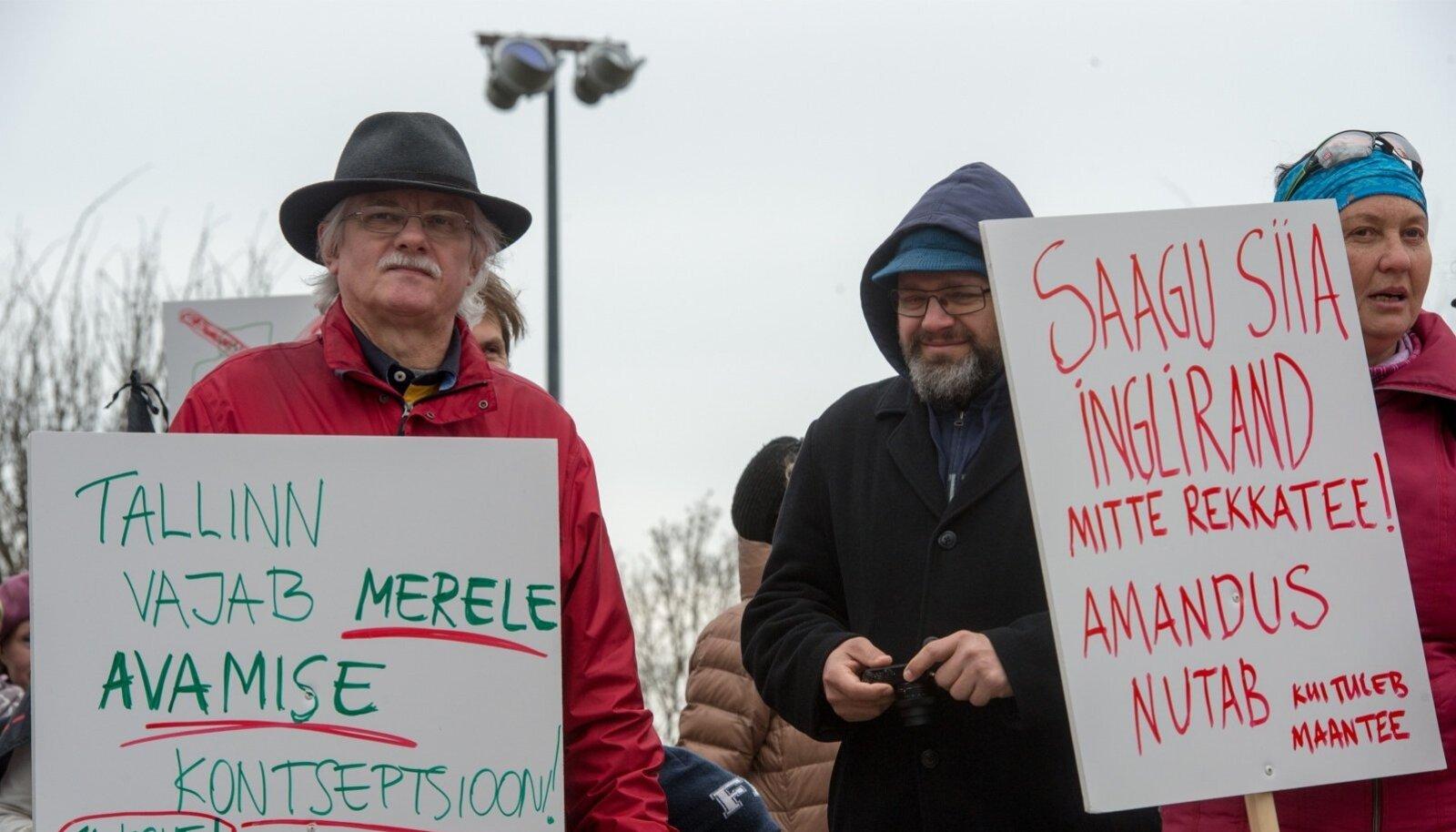 Pühapäeval kogunesid sajad inimesed Russalka juurde, et protesteerida mereäärse maantee vastu.