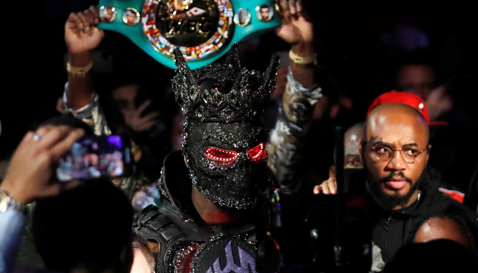 Deontay Wilder kostüümis, millega ta sammus ringi enne matši Tyson Fury'ga.