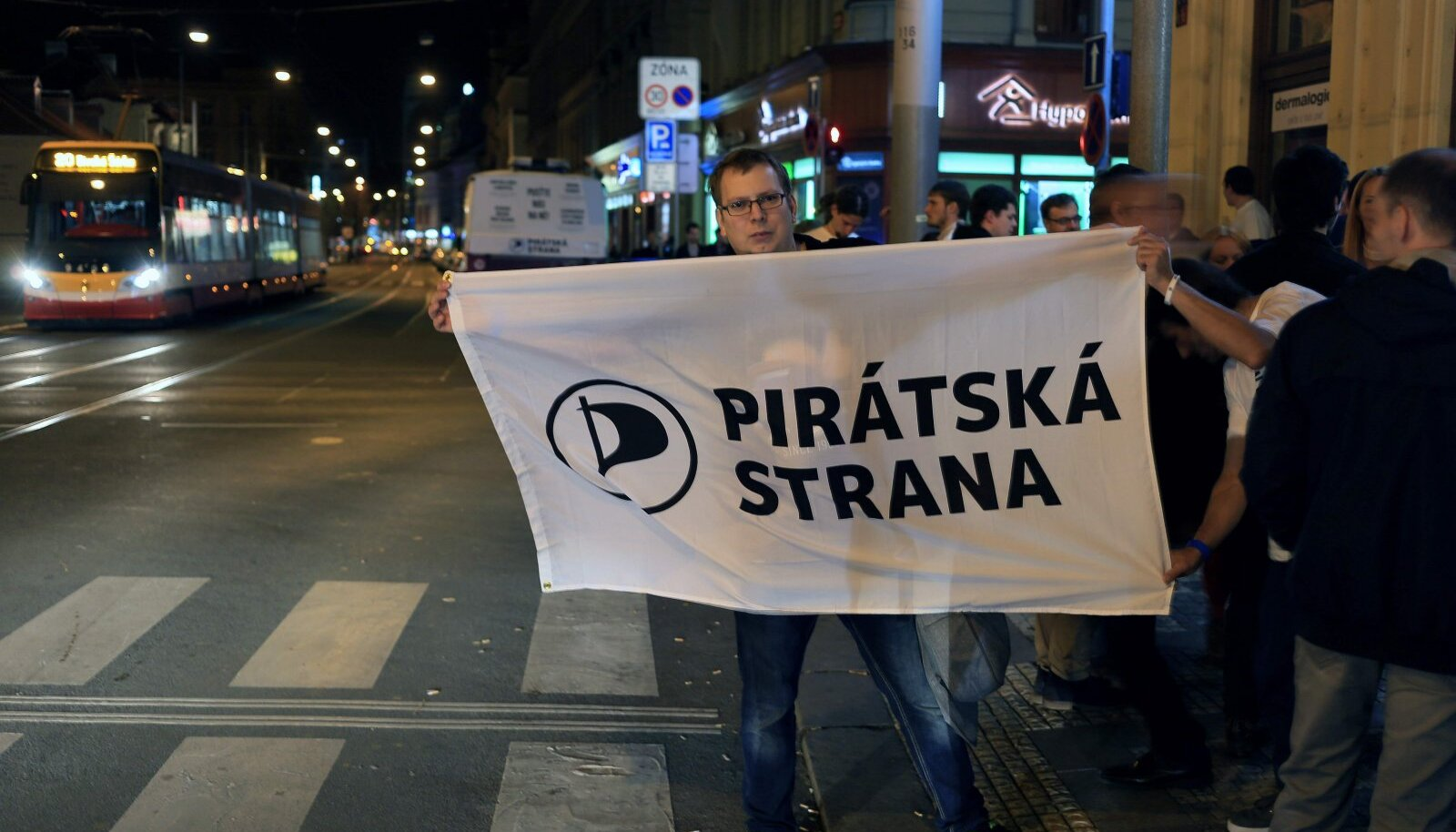 Piraadipartei toetaja 2017. aasta valimistulemust tähistamas.