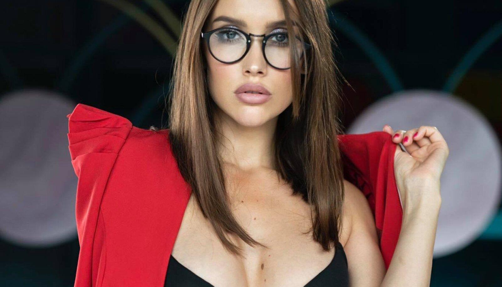 JUMALDAB VOODIELU Polina ütleb, tema suurim kirg on seks ning sellest on ta valmis iga kell pajatama.