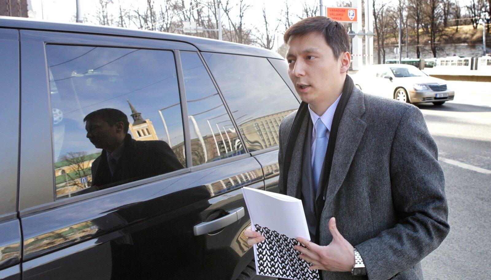 Tallinna abilinnapea Mihhail Kõlvart maksuametiga tüliõunaks kujunenud Land Roveri rooli istumas.