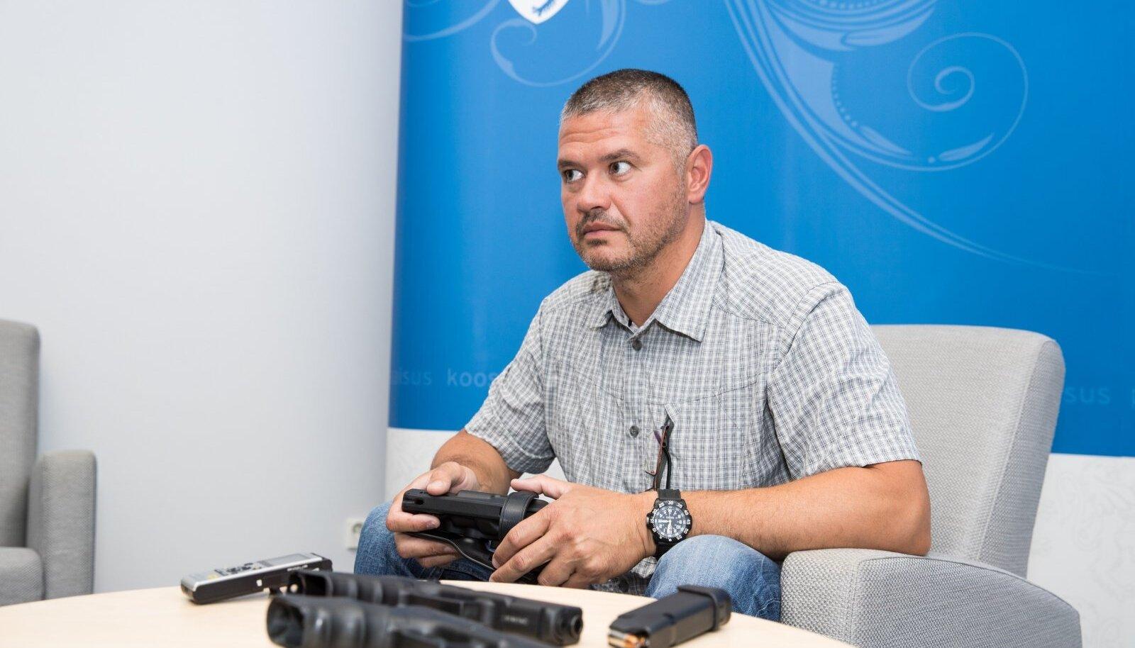 Kolonelleitnant Georg-Tomek Triškini sõnul ei seisnud afgaanid liitlasvägede vastu, ent ei tervitanud neid ka hurraahüüetega.