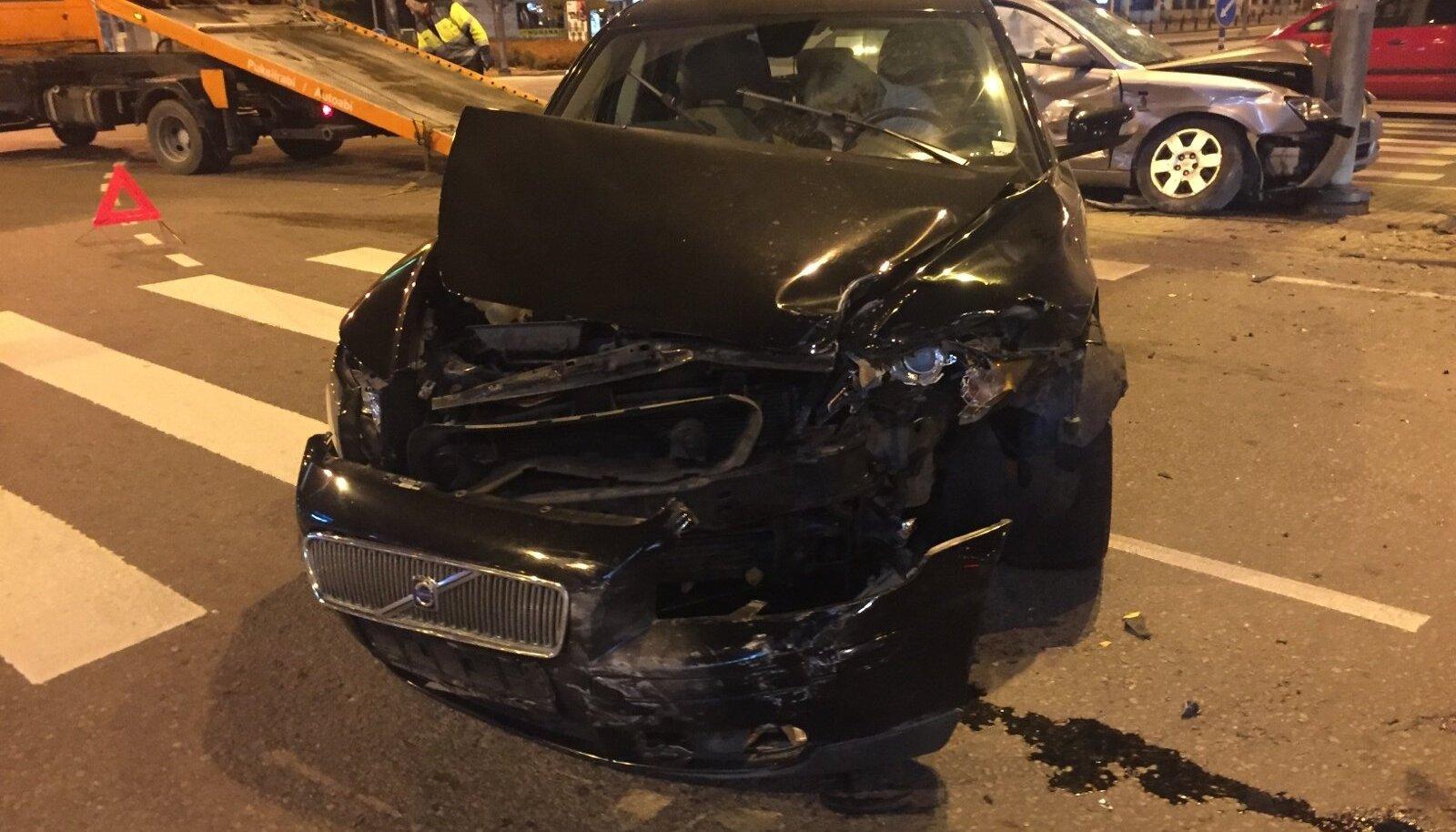 Takso ja sõiduauto Hyundai põrkasid Stockmanni lähedal kokku, Hyundai sõitis vastu posti