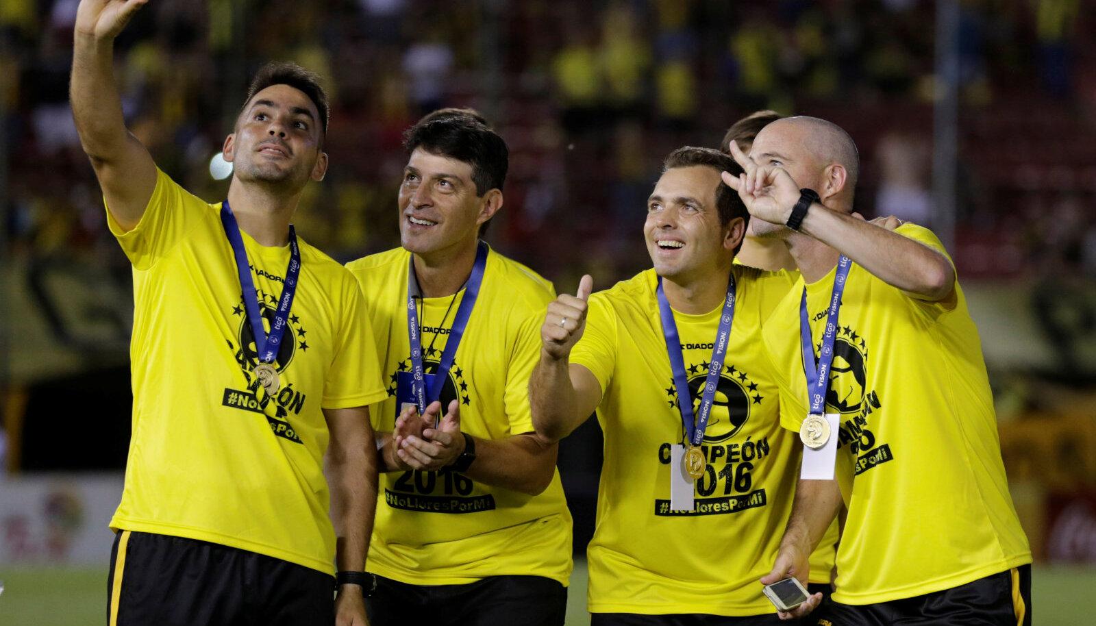 Paraguai Guarani tiimi jalgpallurid pärast tiitlivõitu ennast pildistamas.