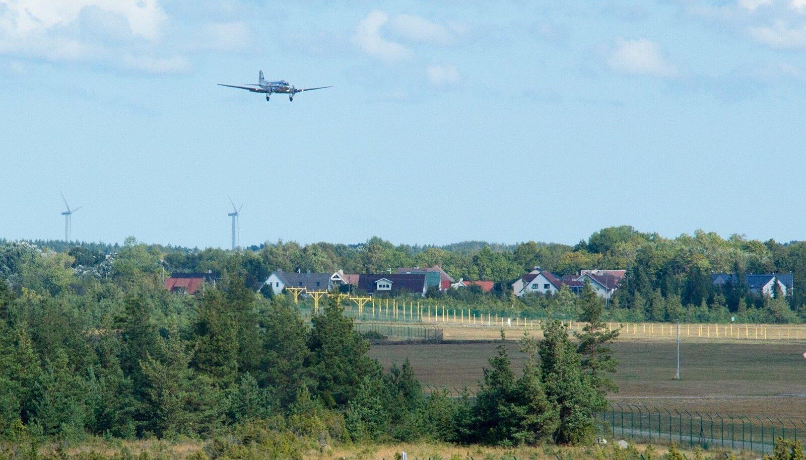 Täna maandus Roomassaare lennuväljal kaks lennukit Douglas C-47. Rootsist saabusid Saaremaa Toidufestivalile ja tutvuma Saare maakonnaga Rootsi Lendavate Veteranide Klubi liikmed 1943 aastal ehitatud lennukiga Douglas C-47 ja pool tundi varem maandus Soomest sama tüüpi lennuk.  Klubi plaanis ka eelmisel aastal toidufestivalile sama lennukiga tulla, kuid tehnilise rikke tõttu jäi tookord reis ära. Täna maandus klubi 22 liiget õnnelikult ja edasi siirduti Koguva kalapäevale.
