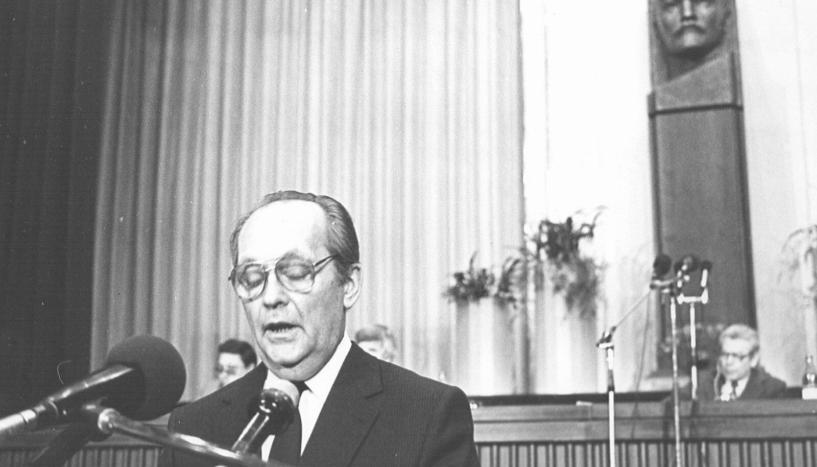 30 AASTAT TAGASI: Vaino Väljas EKP XX Kongressil 25. märtsil 1990.