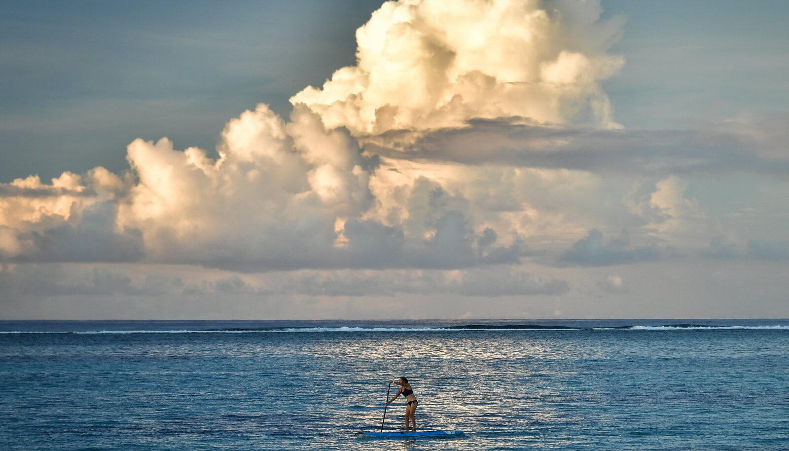 Mariaani süviku vahetus ligiduses asuvad Mariaani saared, kus ookeanivee õgimisest küll ühtegi märki ei ole.