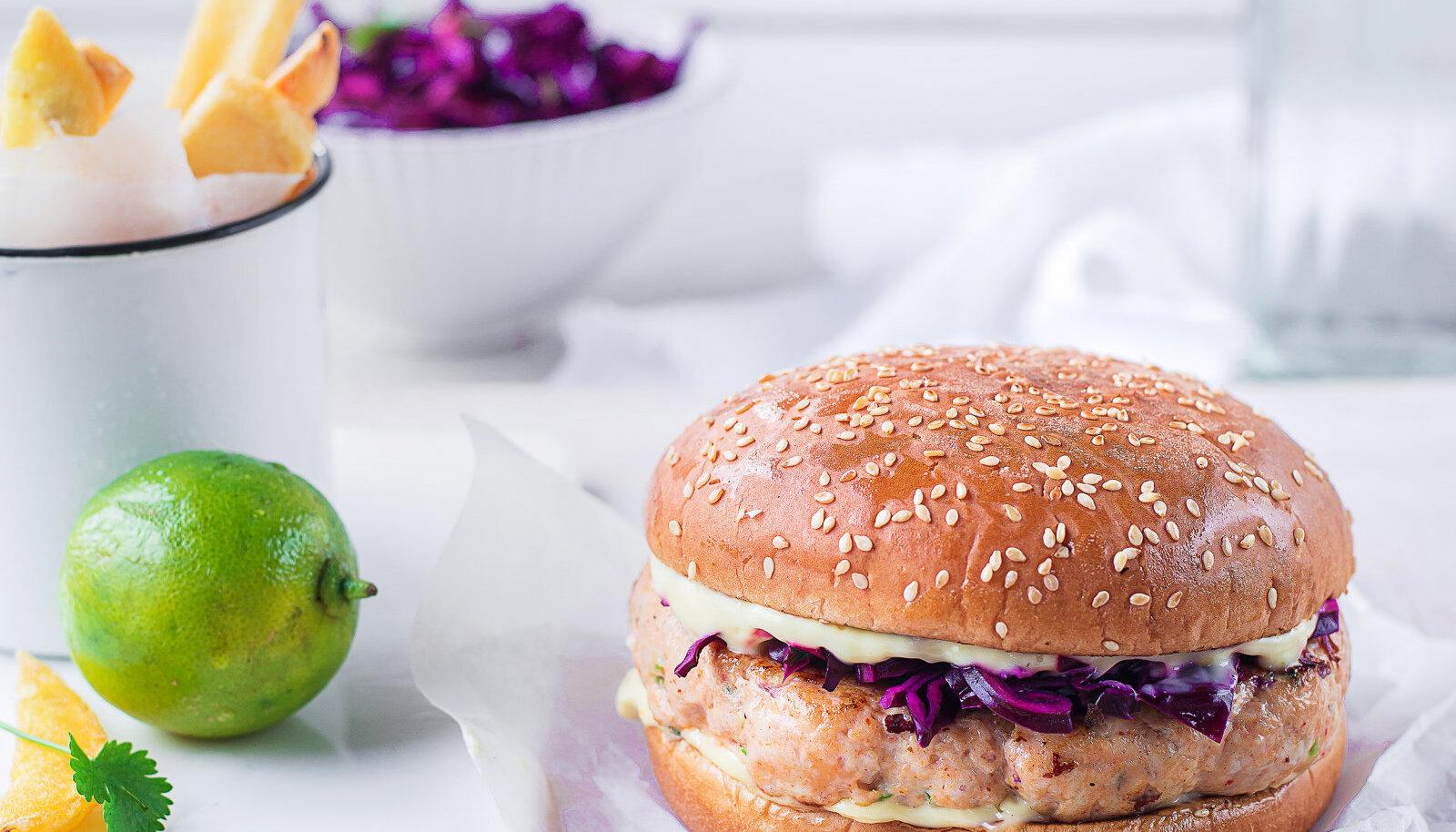 Aasiapärase vimkaga kanaburger punase kapsa salatiga.
