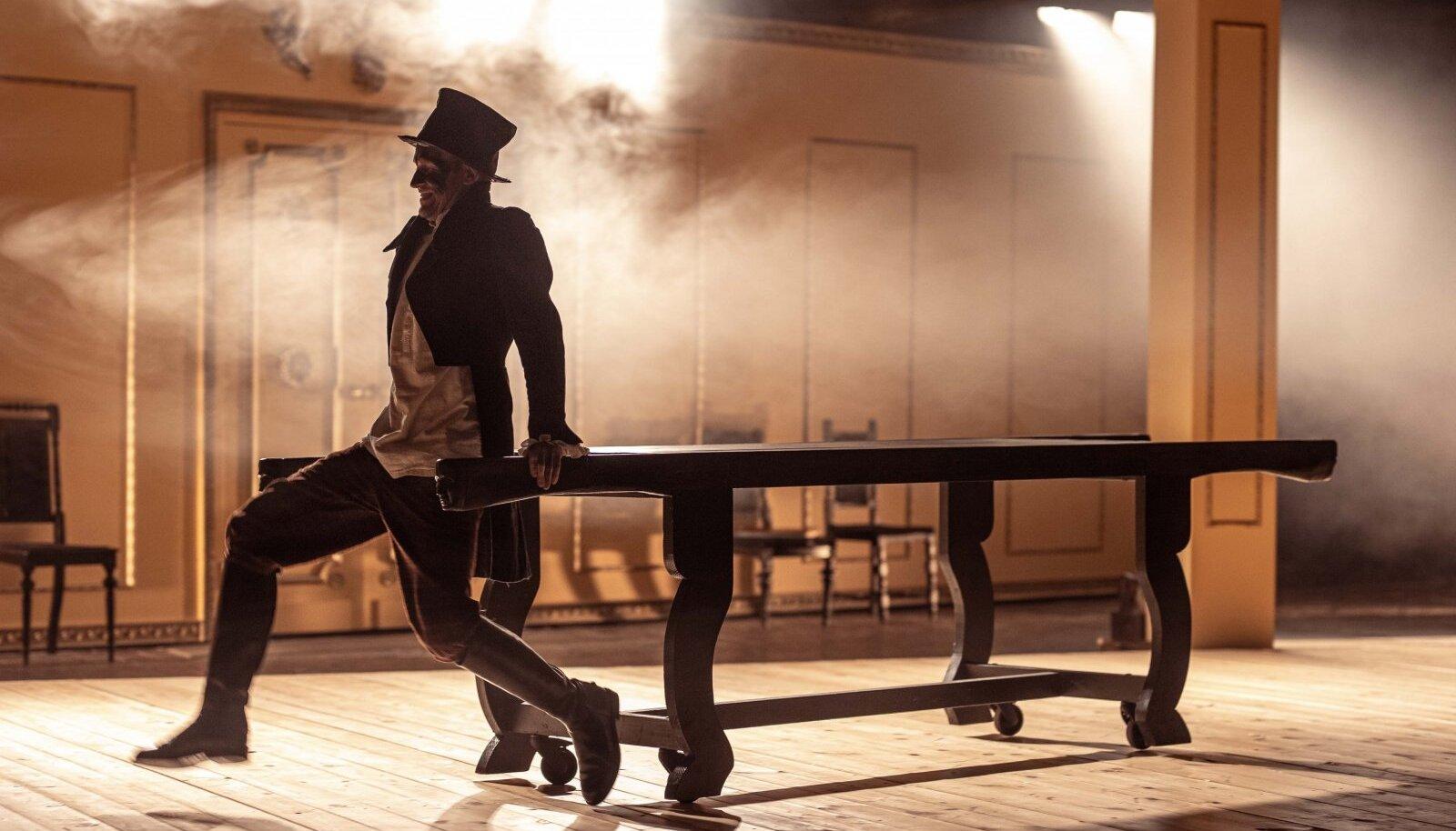 """Markus Luik tantsib talupojad lavale. Tantsupartneriks katafalk. Muusikaks """"Ood rõõmule""""."""