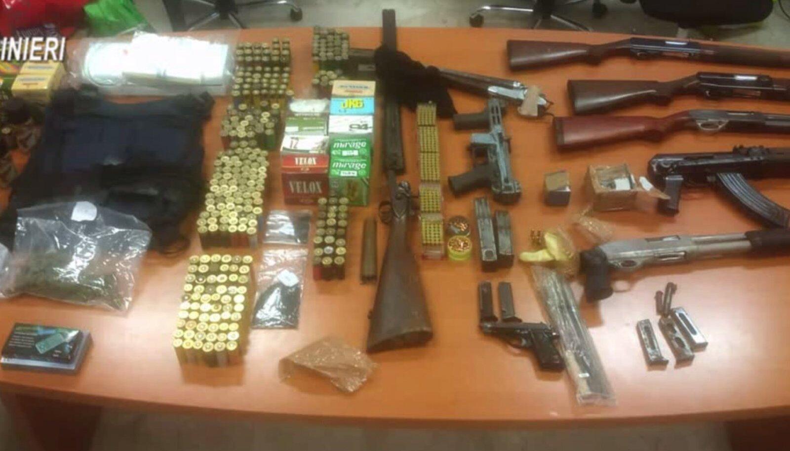 Osa relvi, mis konfiskeeriti mullu detsembris 'Ndrangheta-vastasel politseioperatsioonil.
