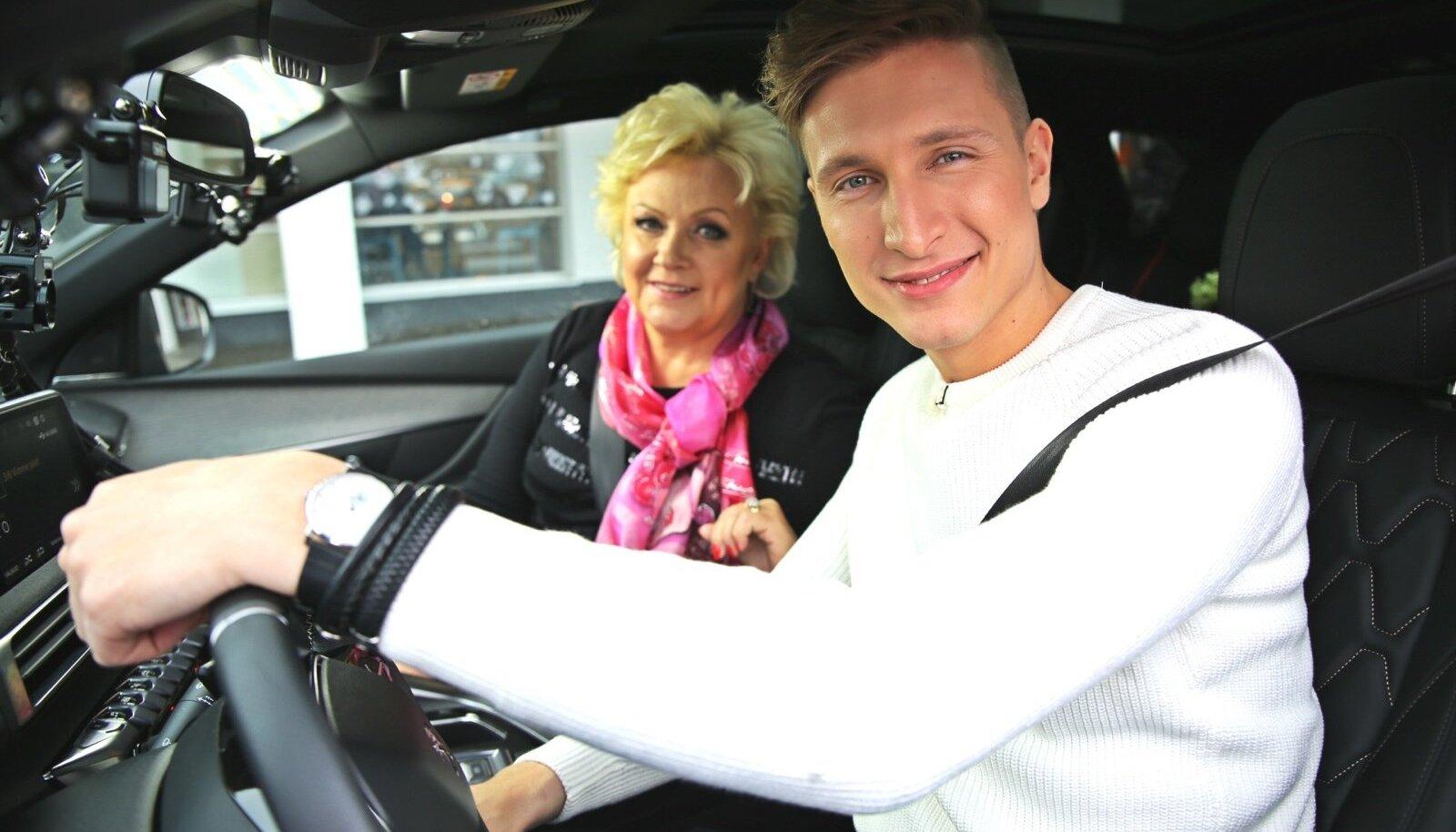 Karl-Erik Taukari esimene autokaraokekaaslane on laulja Anne Veski.