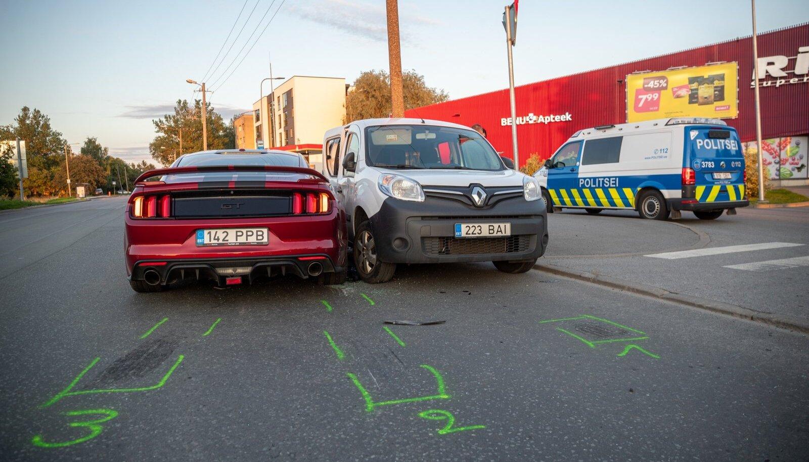 Tallinnas Tööstuse tänaval põrkasid kokku sportauto ja kaubik.