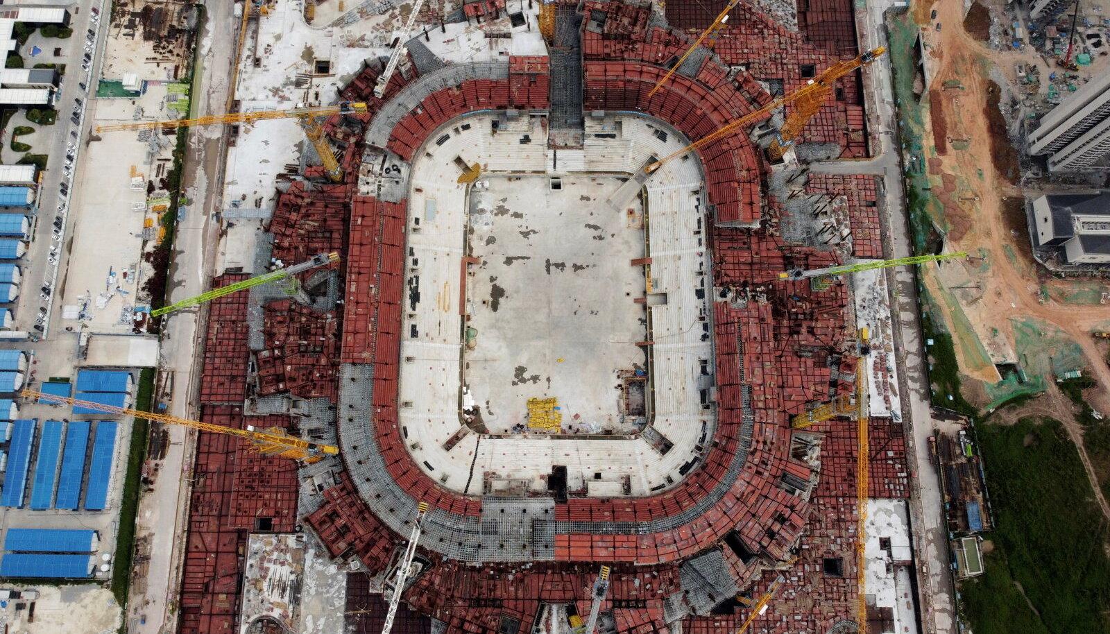 TÖÖ JÄTKUB HIIGELVÕLAST HOOLIMATA: Ühe suurprojektina on Evergrandel hetkel käsil Guangzhousse 100 000 kohaga jalgpallistaadioni ehitamine. Valmimisel oleks tegu maailma suurima spetsiaalselt jalgpalli mängimiseks mõeldud staadioniga.
