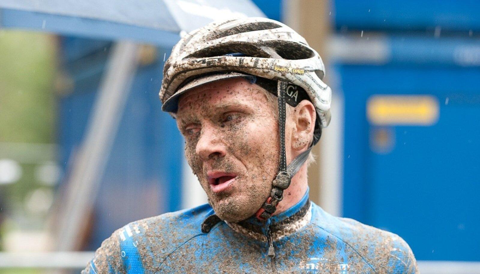 Allan Oras sai karjääri jooksul korduvalt teada. kuidas lõhnab ja maitseb muda.