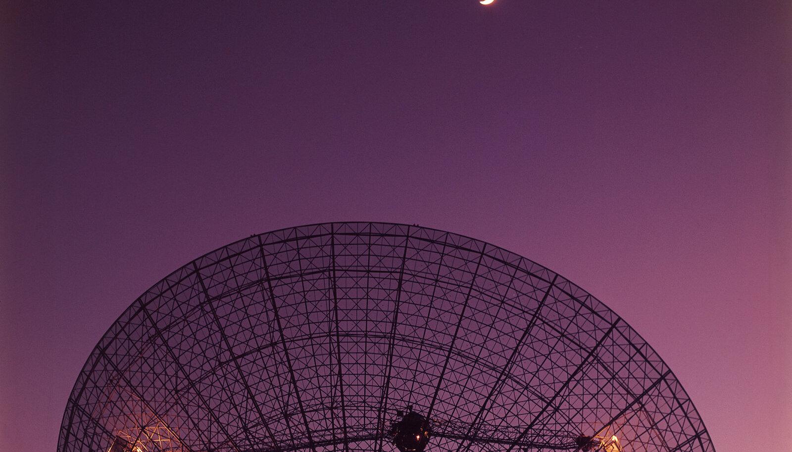 Parkesi raadioteleskoobi taldrik aastal 1969 Apollo 11 missiooni signaale vastu võtmas.