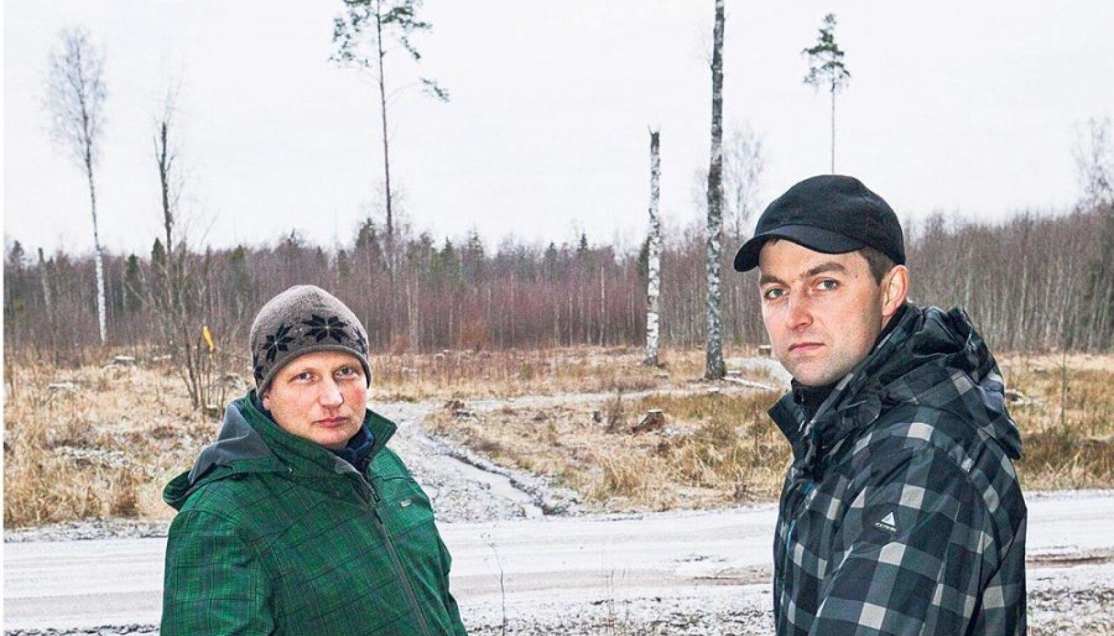 Rägavere volikogu maaelukomisjoni liige Sven Valler (vasakul) ja selle komisjoni juht Raigo Rebane fosforiidiuuringute võimalikus asukohas.