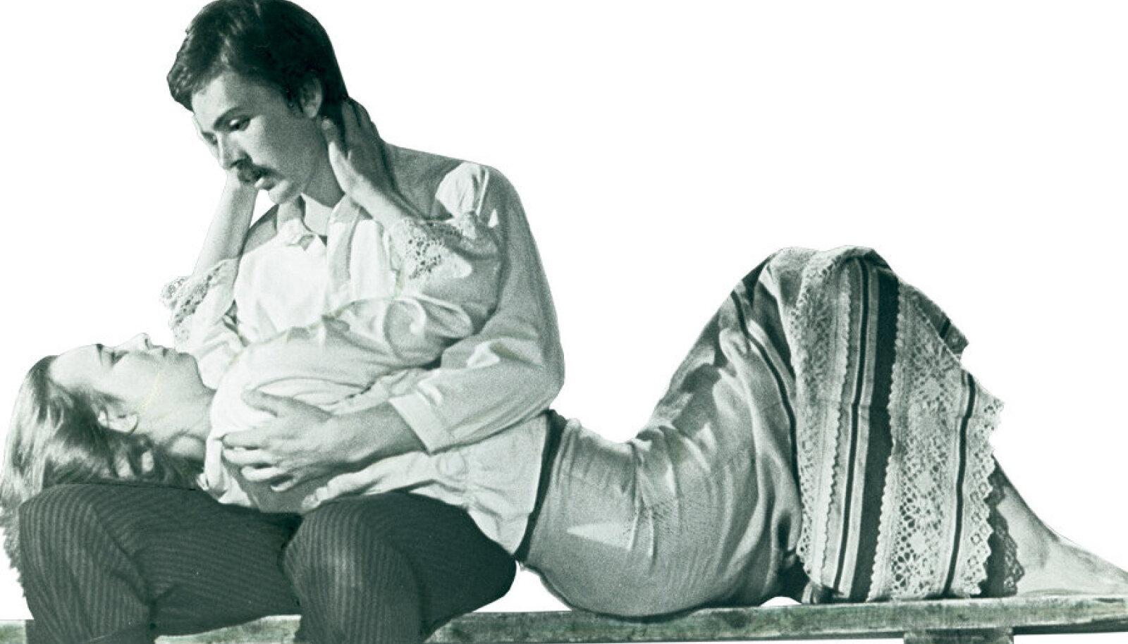 """August Kitzbergi """"Tuulte  pöörises"""" draamateatris 1979. Kaarel (Aare  Laanemets) ja Leena  (Helle Pihlak [Meri])."""