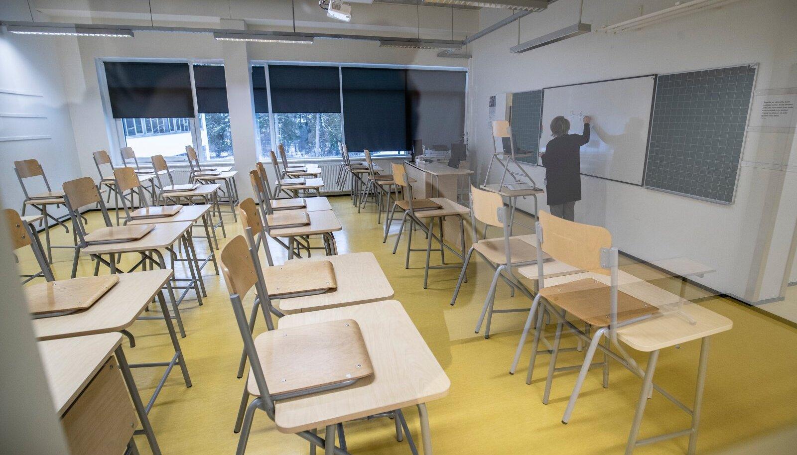 Keegi ei soovi, et selgi õppeaastal tuleks taas tühjadele klassidele tundi anda. Et seda ära hoida, tuleks koroonareeglid palju konkreetsemalt kehtestada, arvavad õpetajad.