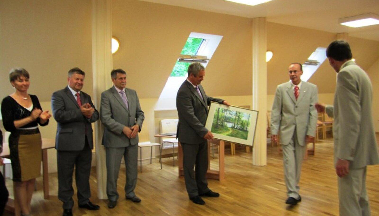 Kingituse üleandmine külalistele näituse avamisel Kurtna raamatukogus. Foto: Anne Jundas