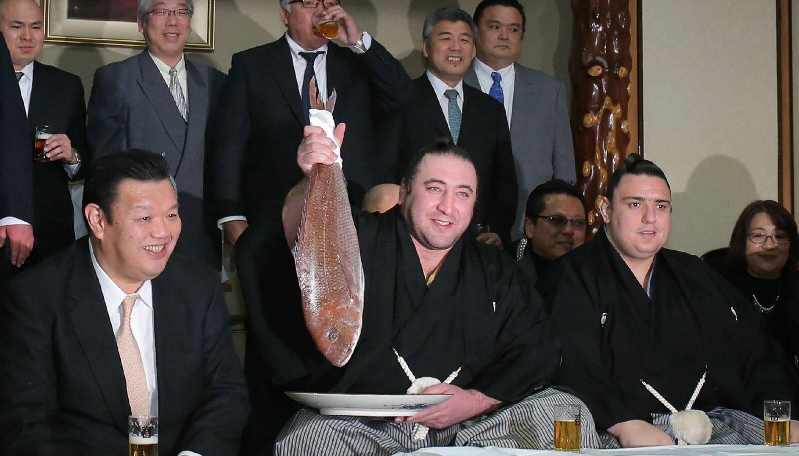 Tochinoshin päev enne turniiri merikogrega poseerimas.