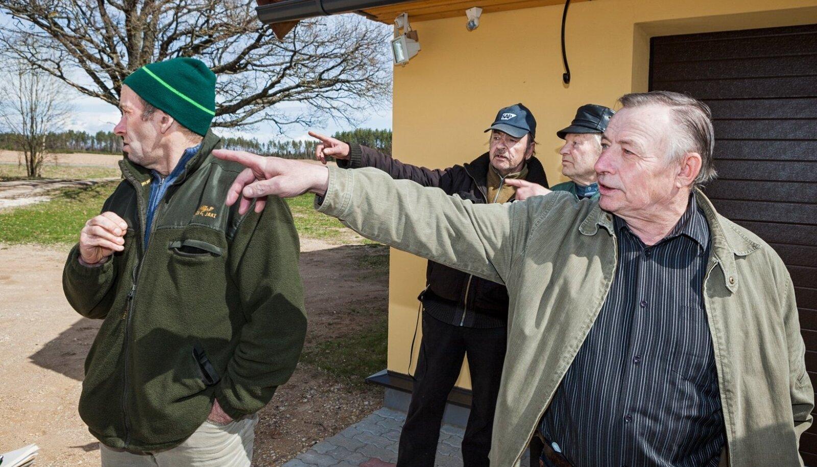 Arvi Laanejõe, Valeri Kuzmin, Turju Puusepp ja Ats Armulik järjekordse suitsupahvaku poole vaatamas.