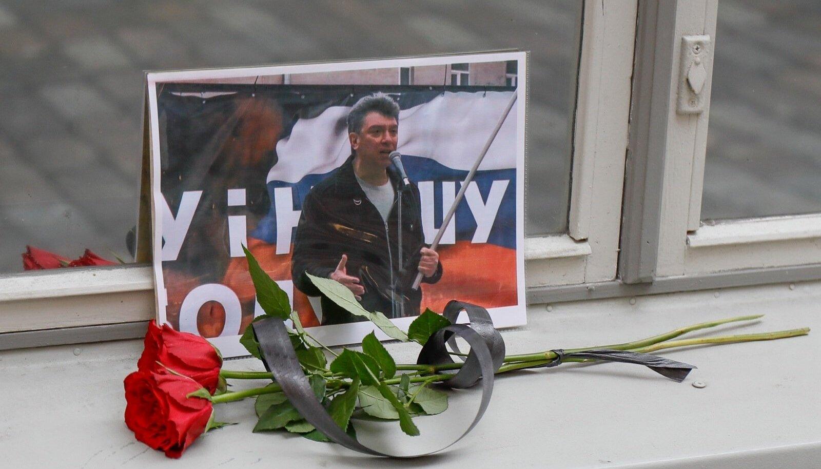 Boriss Nemtsovi mälestuseks toodi Venemaa saatkonna juurde lilled ja foto