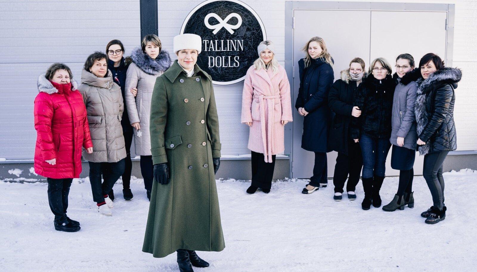 """Tallinn Dollsi juhi Mari Martini (keskel roosas mantlis) sõnul mõjus see, et president Kersti Kaljulaid jaanuaris nende uut tootmishoonet vaatamas käis, ka ettevõtte töötajale motiveerivalt. """"Just see, et ta leidis aega tulla tootmisse,"""" põhjendas Martin."""