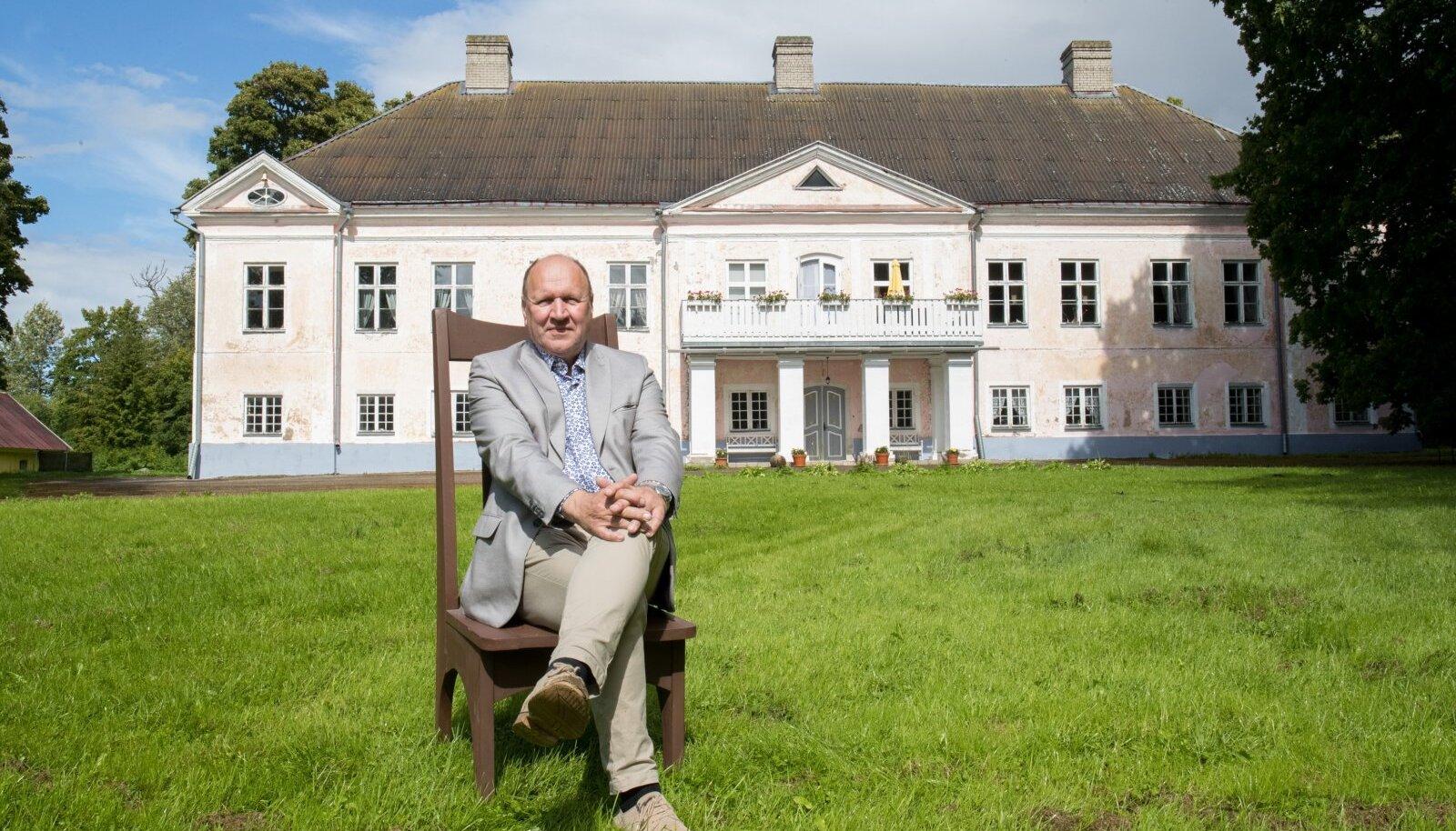 Mart Helme Suure-Lähtru mõisa ees