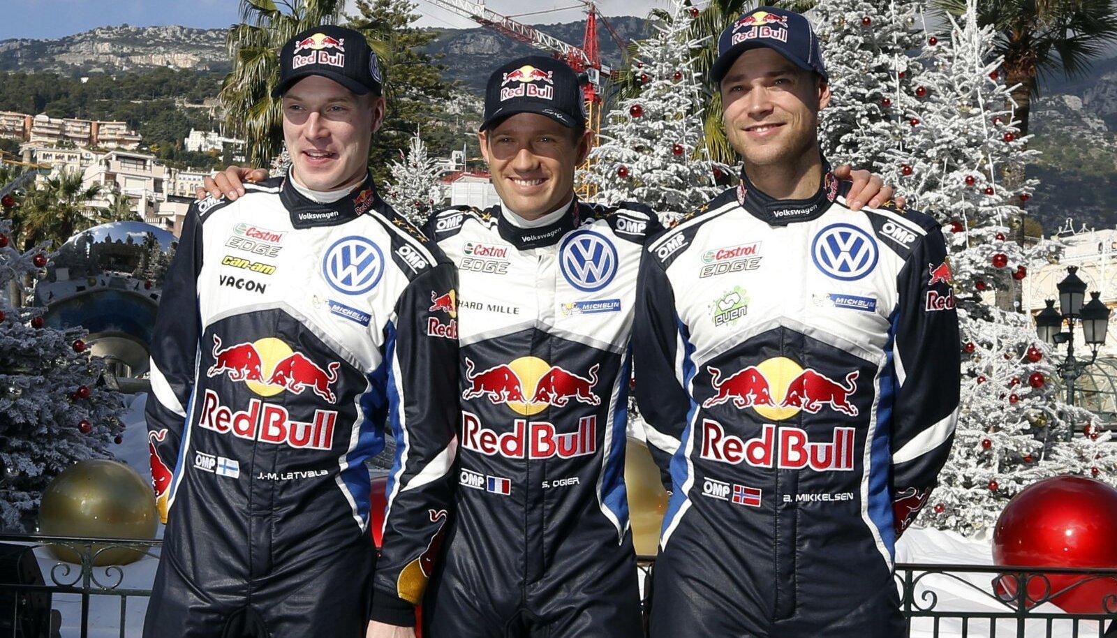 Sebastien Ogier (keskel) ja Jari-Matti Latvala (vasakul) koos Andreas Mikkelseniga