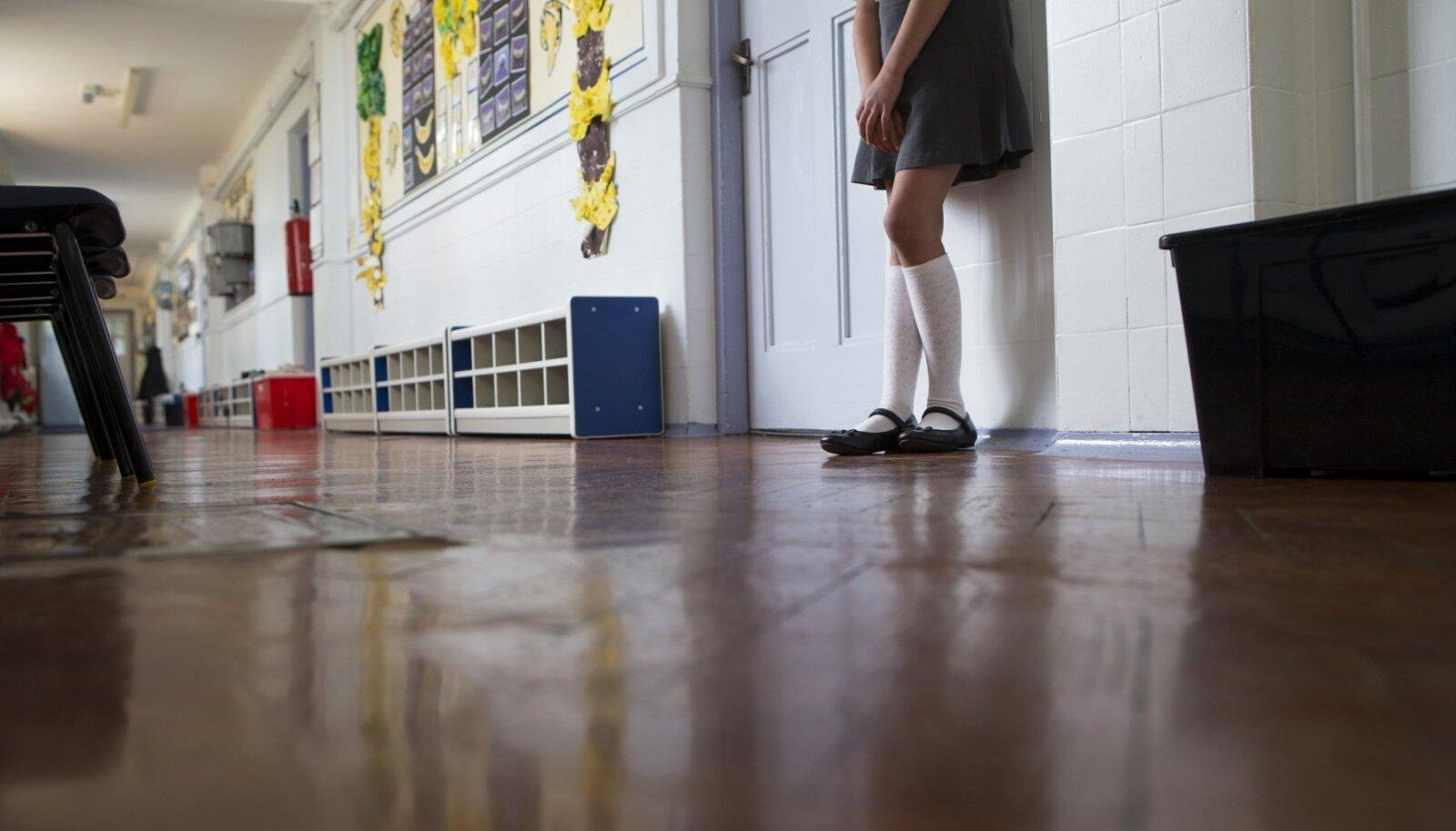 Koolides saadetakse lapsed sageli tunni segamise eest klassiruumist välja oma tegude üle järele mõtlema.