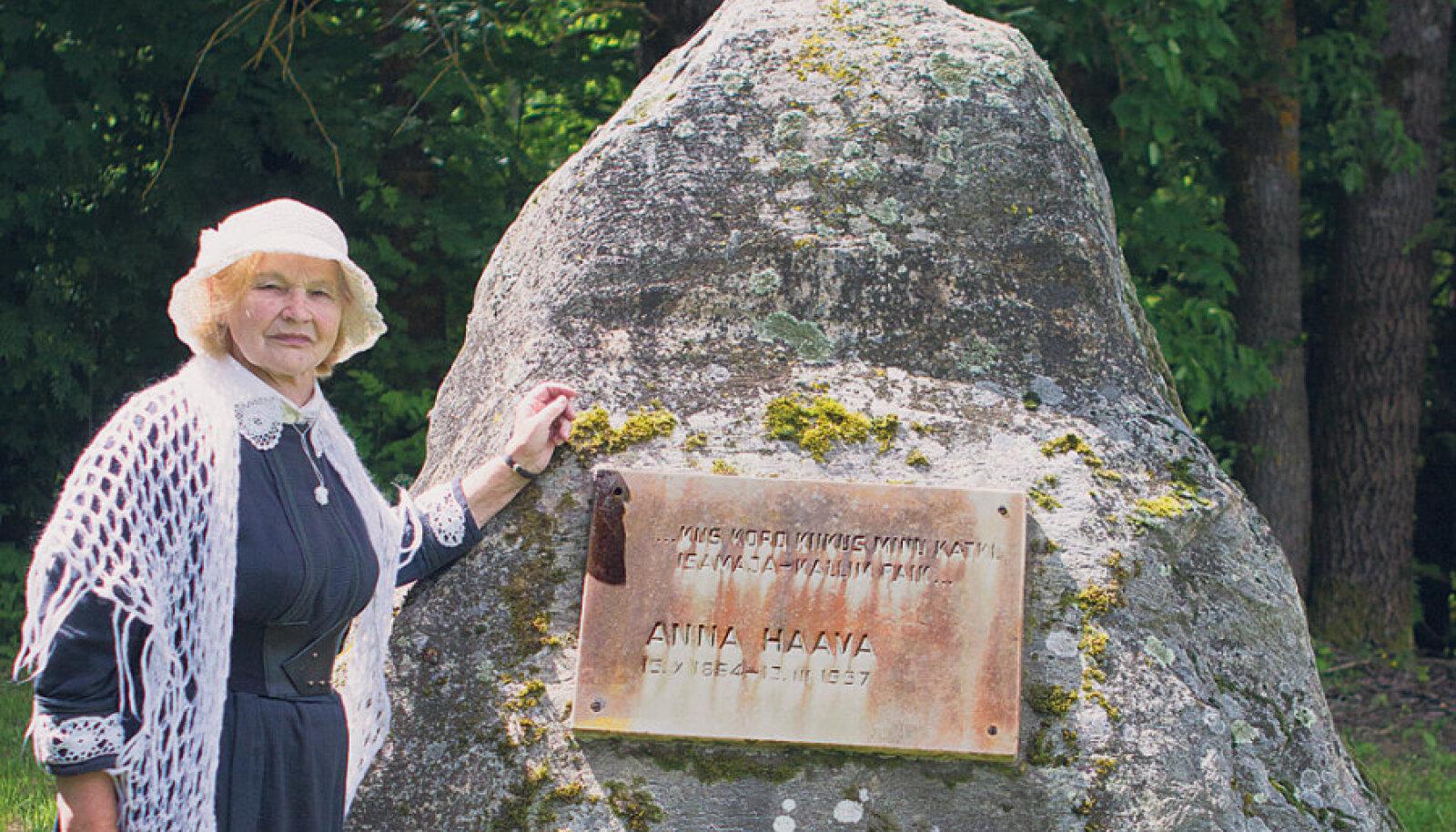 Anna Haava suurim  austaja Linda Olmaru  poetessi sünnipaika  tähistava kivi juures.