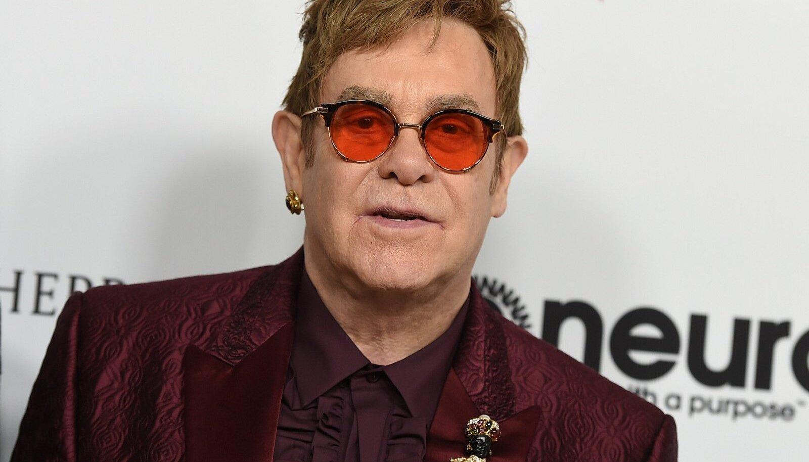 Elton John naaseb lavale alles juunis.