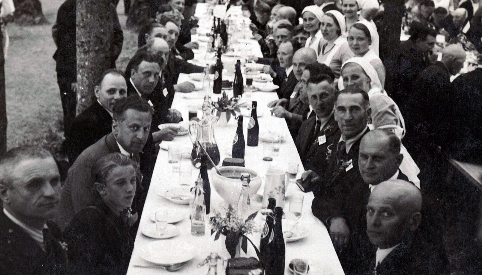Vabaduse Risti vendade XII kokkutulekul kostitati sangareid vabriku kulul.