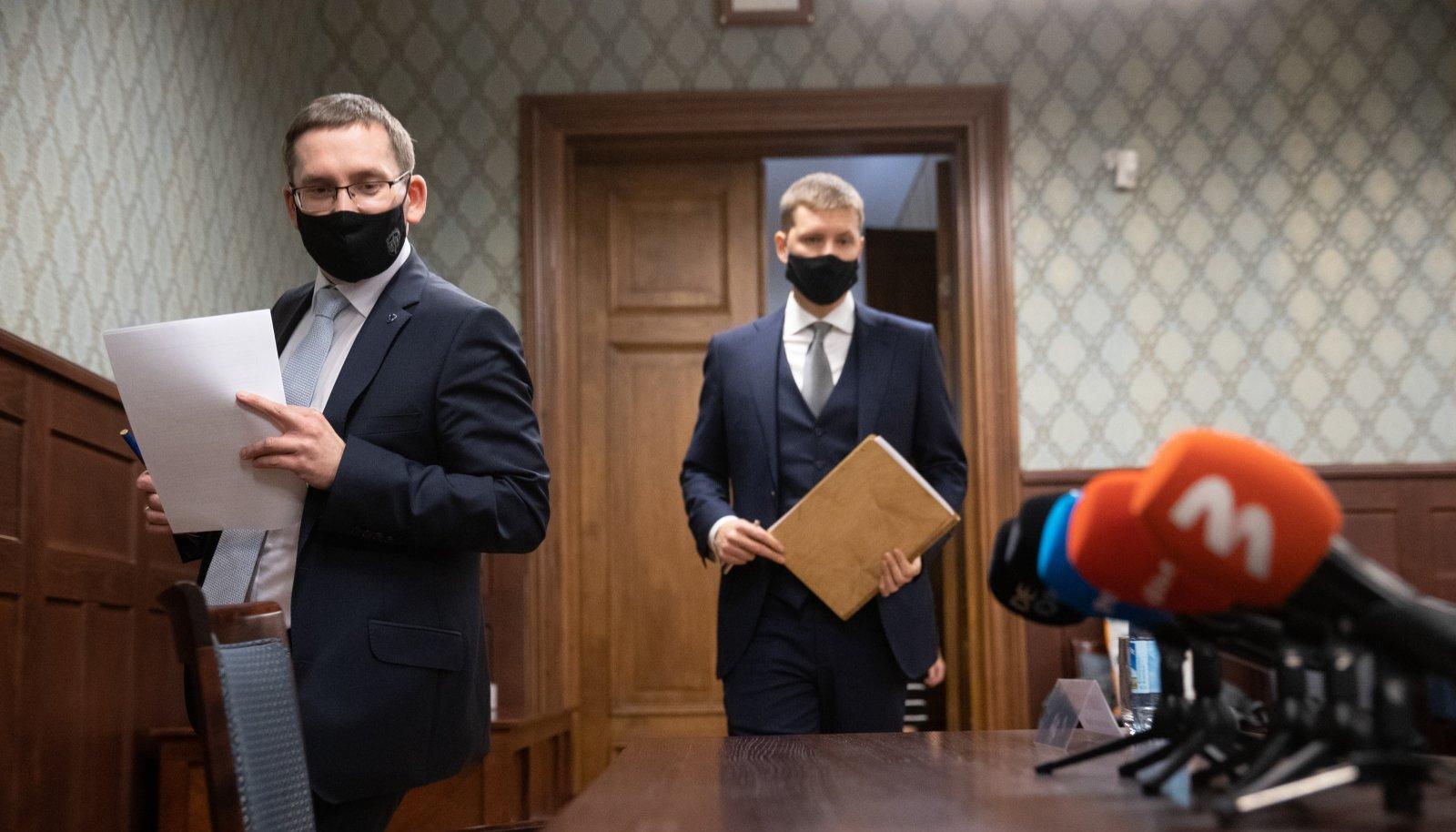 Juhtiv riigiprokurör Taavi Pern (vasakul) ja kaitsepolitsei büroojuht Harrys Puusepp teavitasid eile avalikkust jahmatavate mõõtmetega korruptsiooniuurimisest.