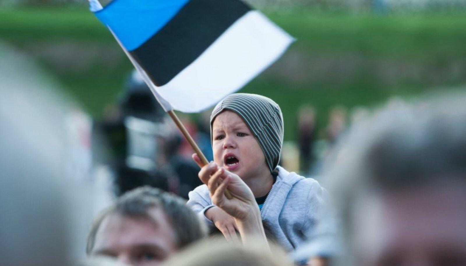 Noor kaasalaulja Vabaduse väljakul