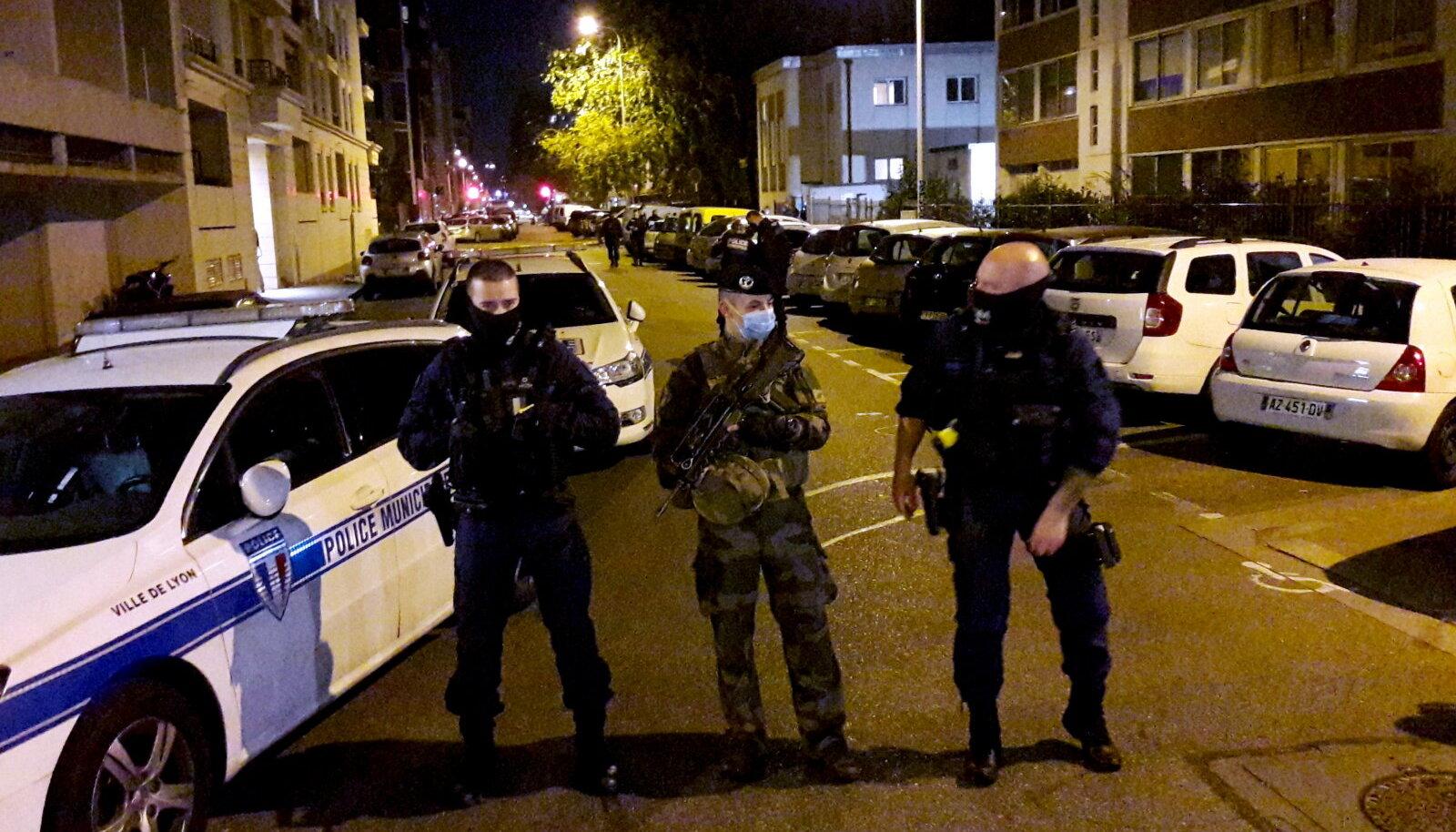 Politsei 31. oktoobril sündmuskohal. Selgub, et tulistaja motiivid olid seotud hoopis abieluprobleemidega.