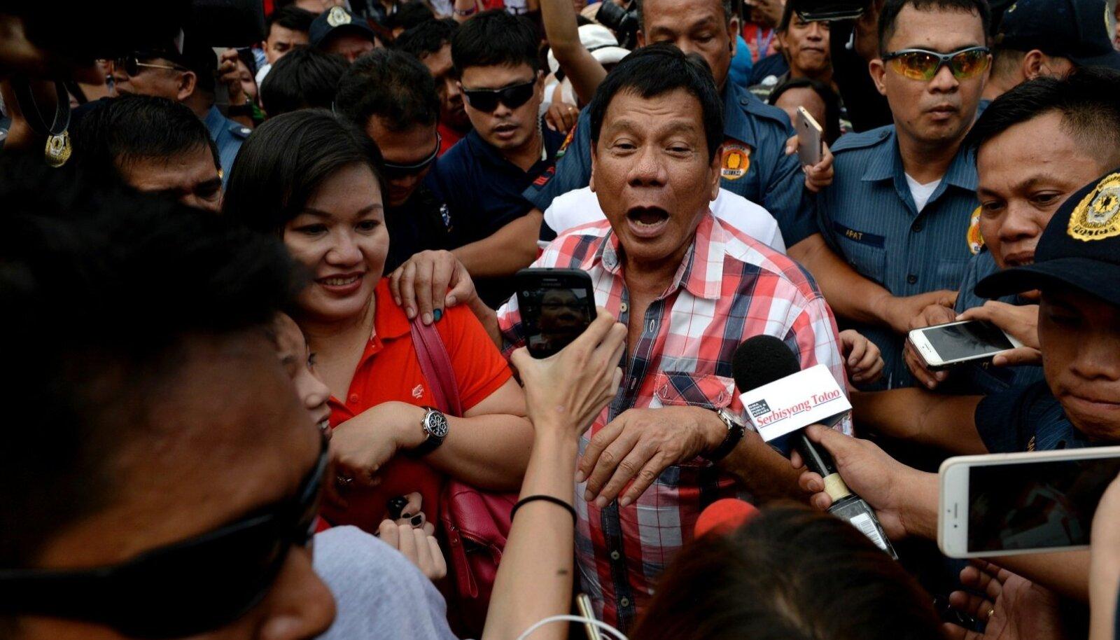 POPULAARNE POPULIST: Rodrgio Duterte ajakirjanike piiramisrõngas.
