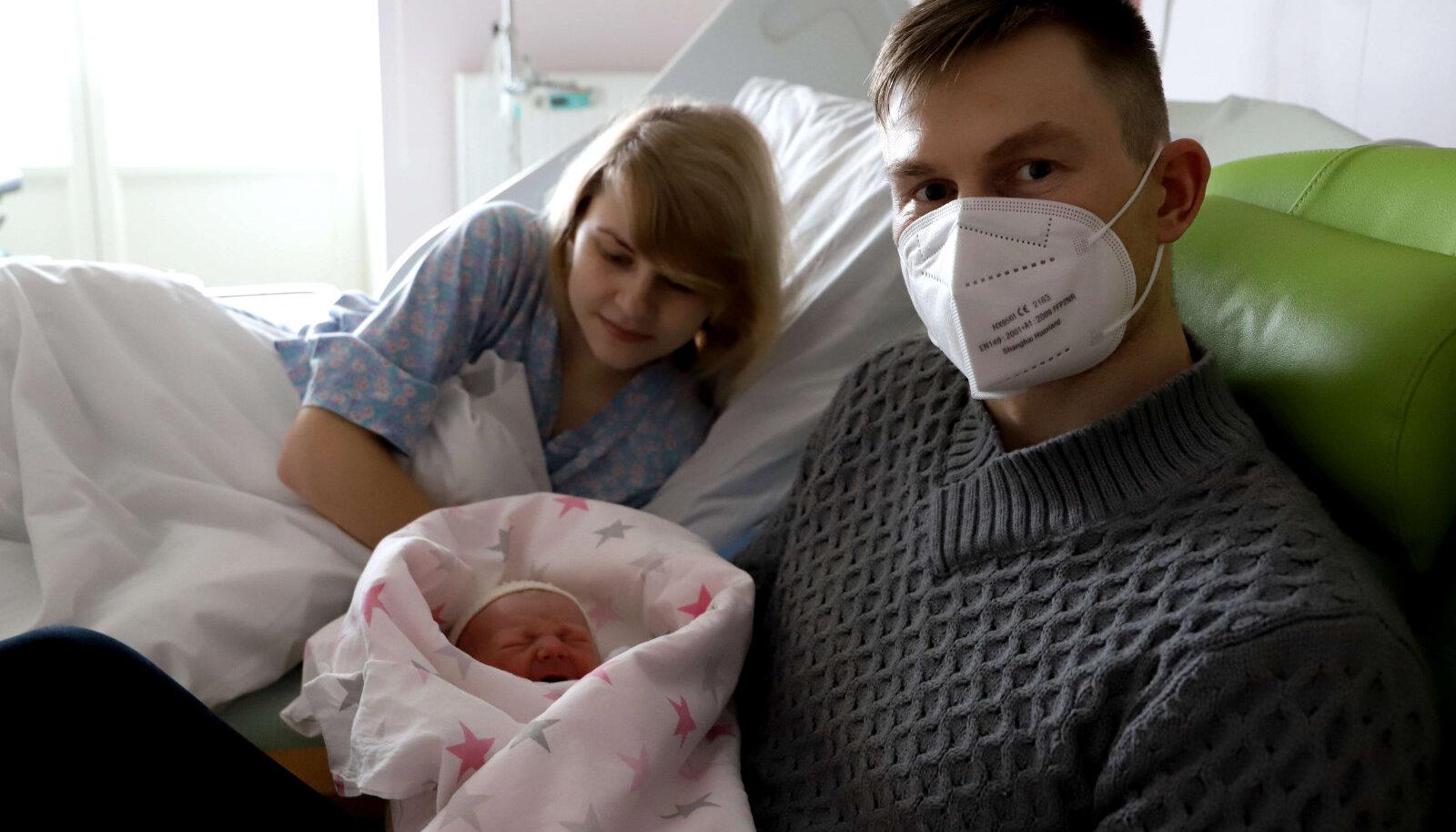 Fotol värsked vanemad Triin ja Raivi poeg Lennartiga.