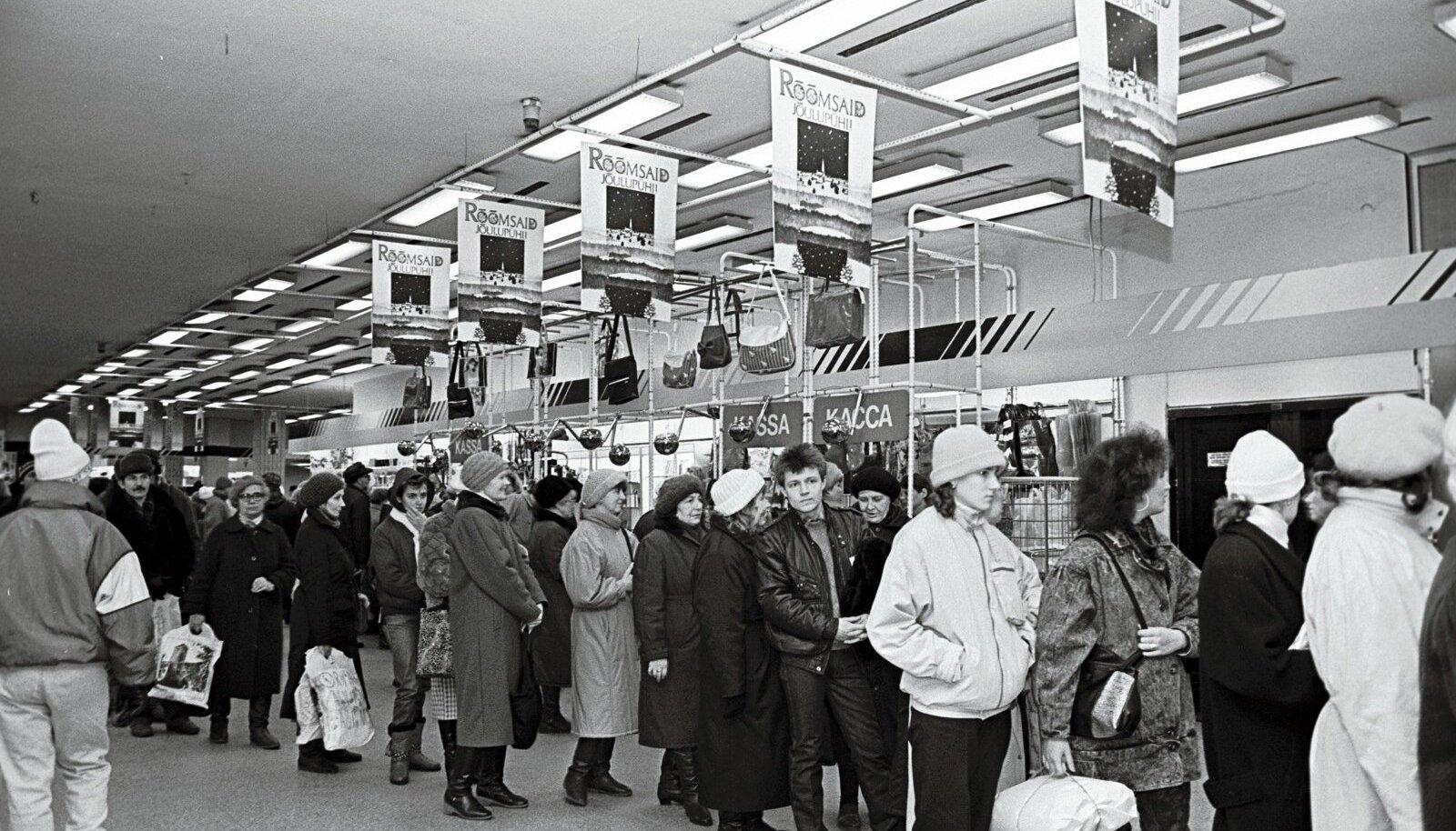 Jõulude eel tavapärane järjekord Tallinna Kaubamajas 1990. aasta detsembris.