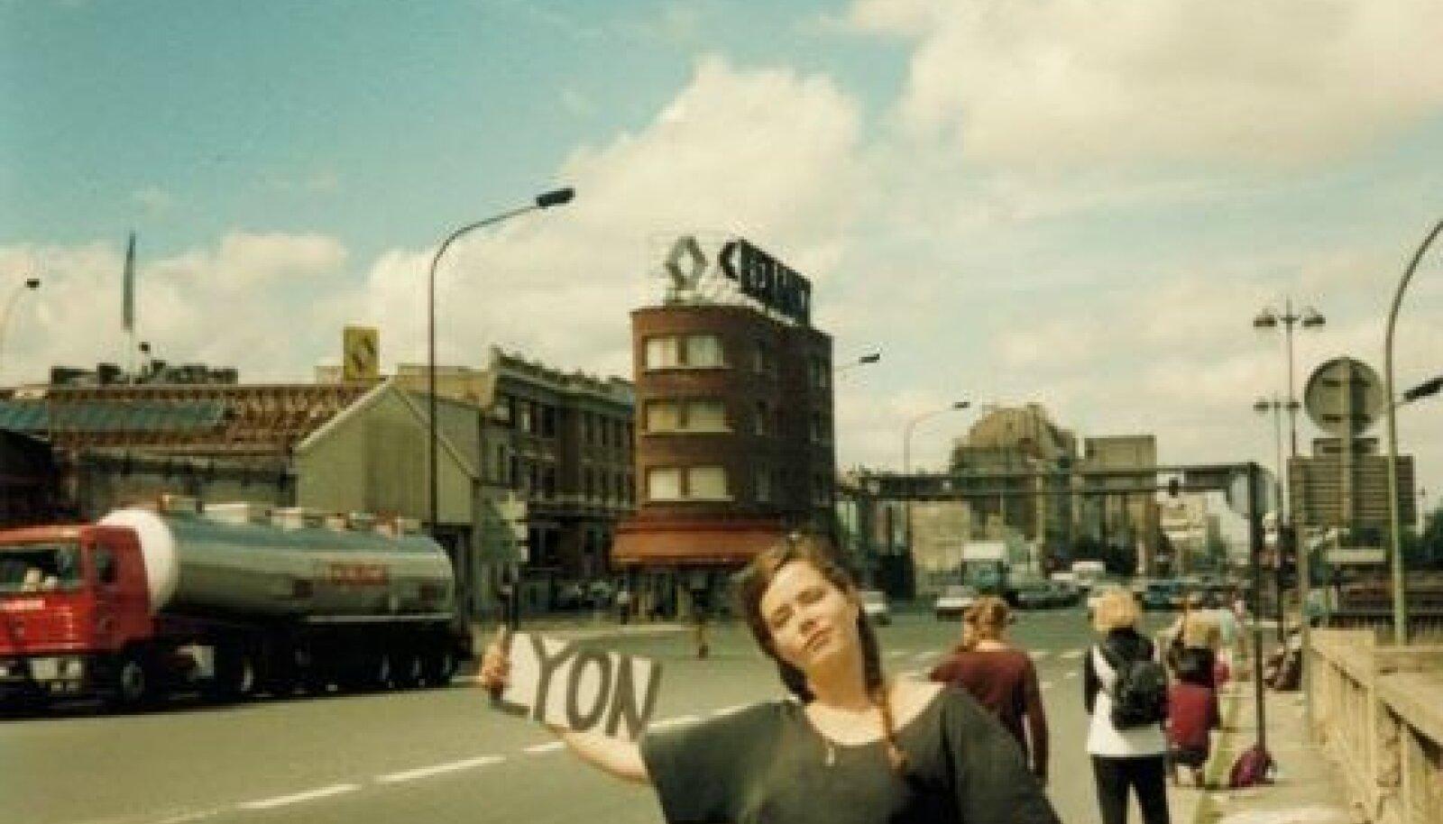Tiina hääletamas 1994. aasta suvel Pariisis Lyoni poole, lõppsihtmärk oli Taize