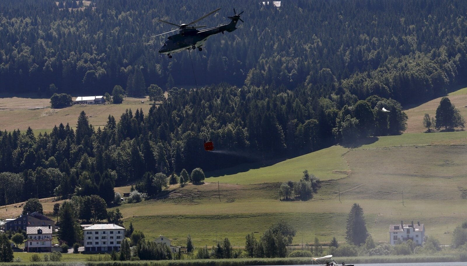 Helikopter veekoormaga Joux järve kohal