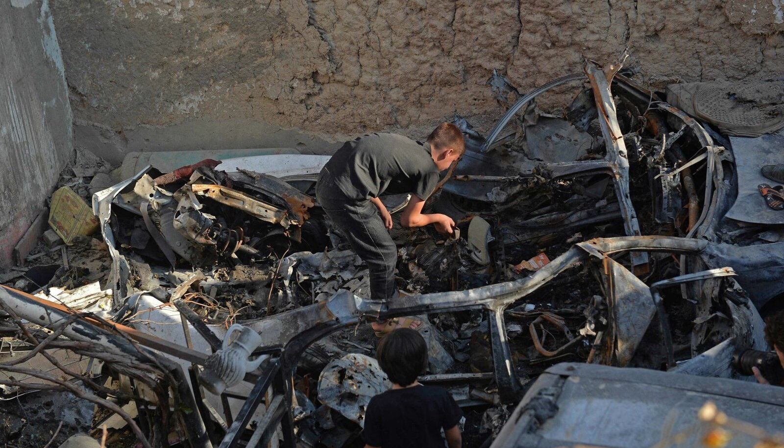 Plahvatuses hukkunud Ezmarai Ahmadi sugulane rusudes
