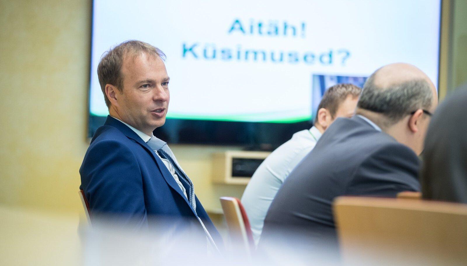 Eesti Energia jätab ärisaladusele viidates vastamata paljudele põlevkiviõlitehasega seotud küsimustele. Kriitikute sõnul saaks ettevõtte juht Hando Sutter tehasest loobudes näidata, et Eesti energia on ka päriselt rohelisemaks muutunud.