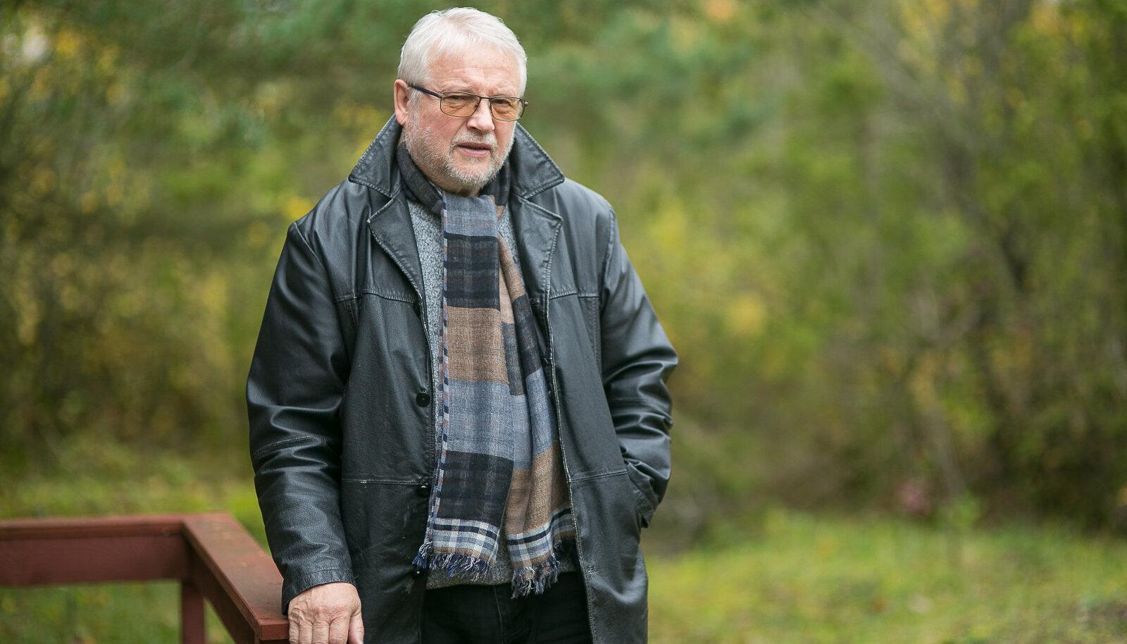 Teatrimees ja muusik Väino Uibo ilusal sügispäeval oma looduse rüppe sulanduvas maakodus Salmel.