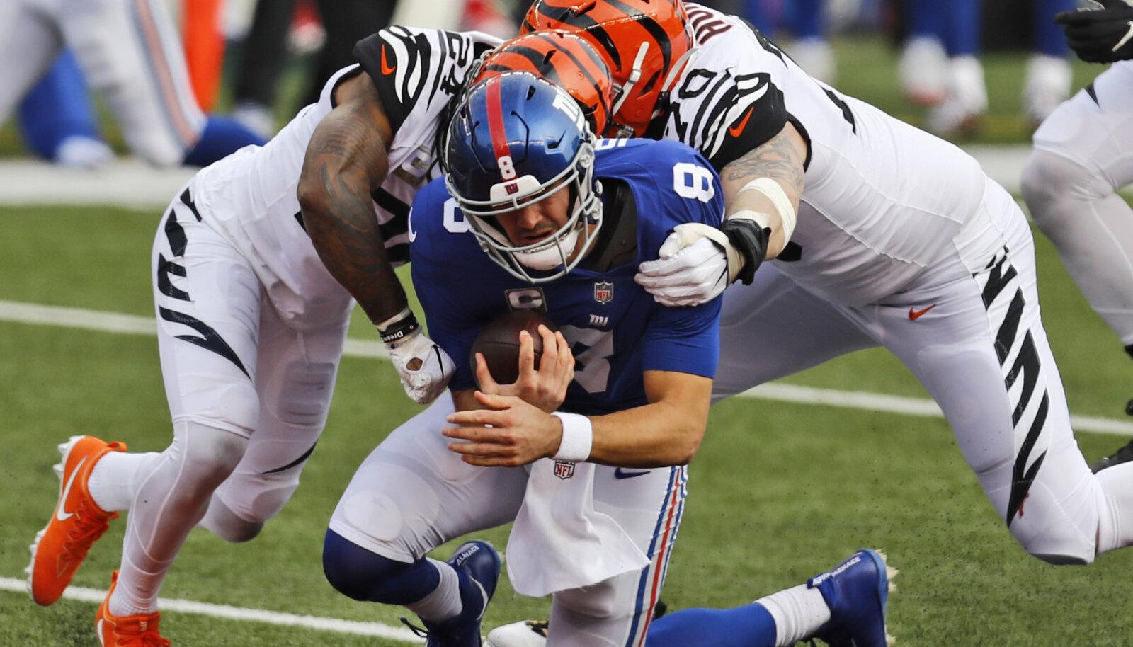 Margus Hunt (paremal) murdmas Giantsi mängujuhti Daniel Jonesi.