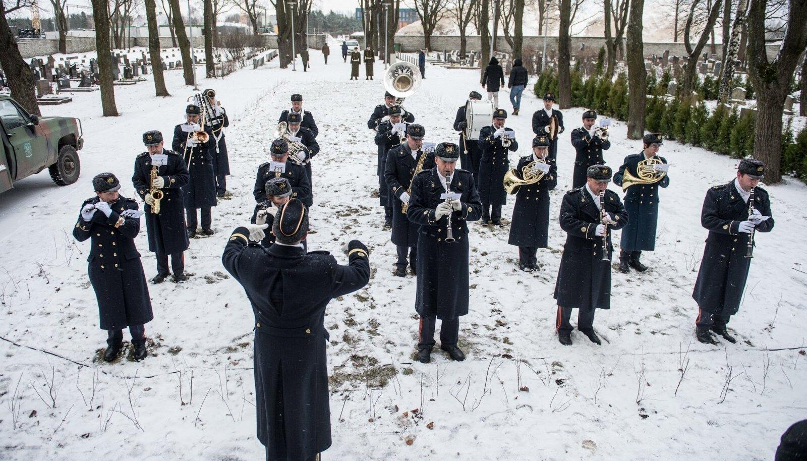Pillidega kaitseväelased sõjaväekalmistul