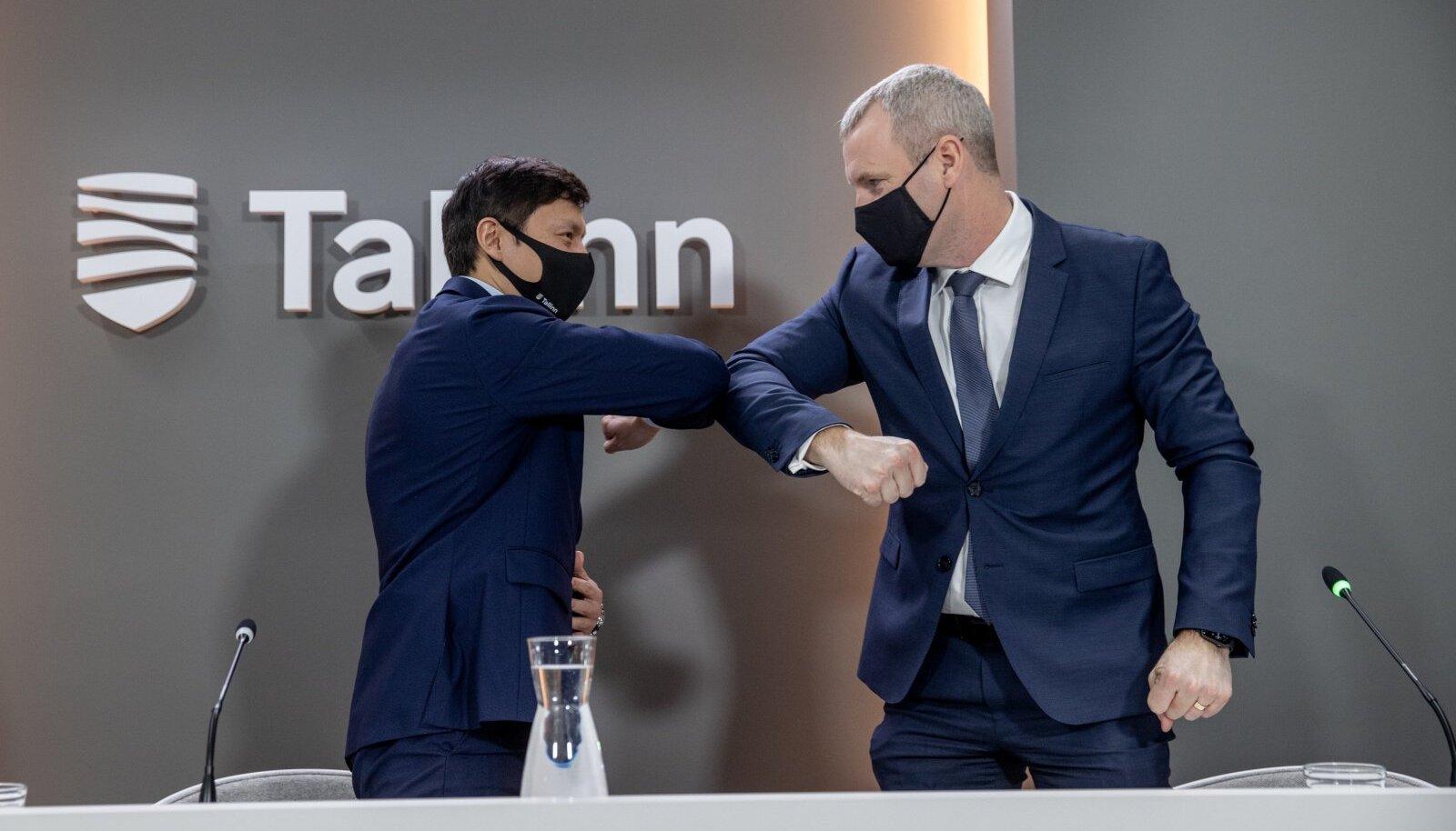 Tallinna linnapea Mihhail Kõlvart (vasakul) ja Utilitase juht Priit Koit lõid eile tehingu tähistamiseks küünarnukid kokku.