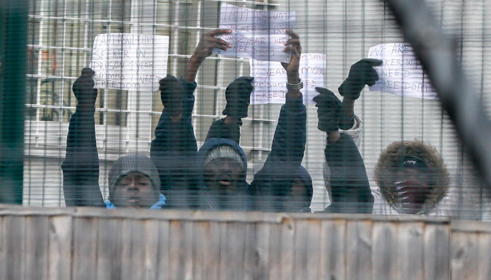 Mullu detsembris protestisid pagulased Harku väljasaatmiskeskuses enda kinnipidamise vastu. ÜRO hinnangul ei tohiks ebaseadusliku riiki sisenemise eest karistada.