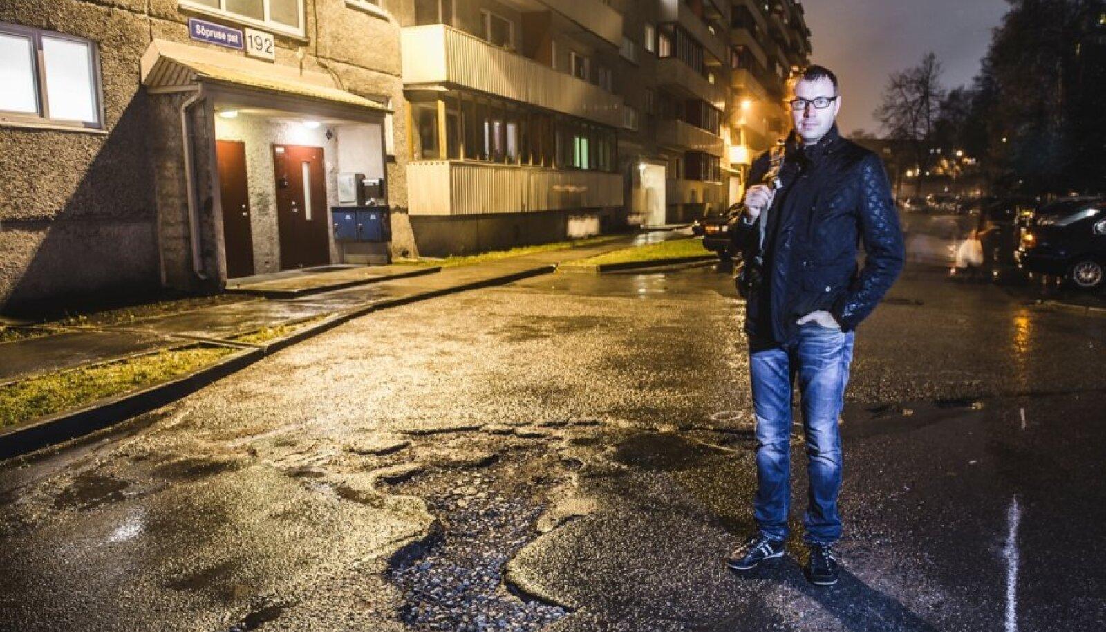 Pärast kahte aastat päringuid ja Eesti Päevalehe pöördumist kommunaalameti poole on Marek Vitsuri majaesist paikama hakatud.